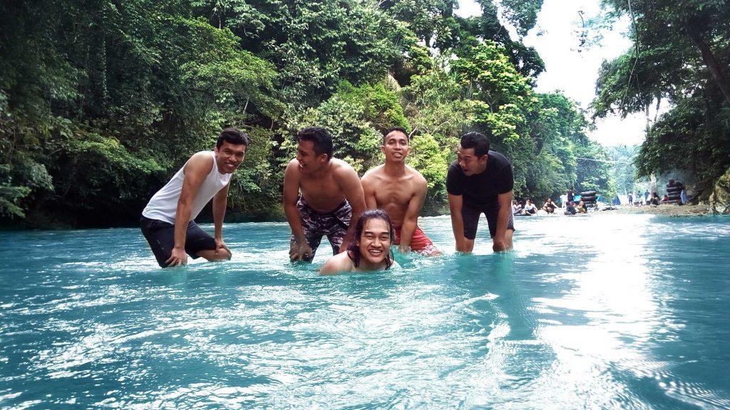 Pengunjung bermain air di sungai Tangkahan yang jernih.