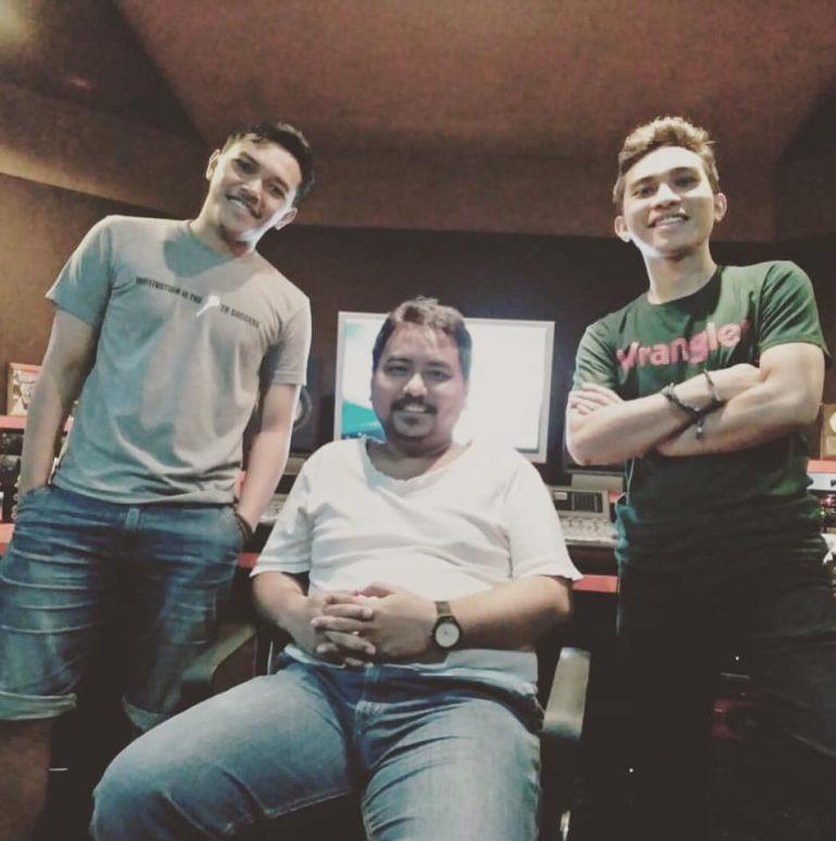 Herto bersama David Kristomi dan Benny Siahaan di sela-sela sesi rekaman